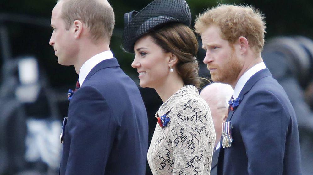 Foto: Los duques de Cambridge y el príncipe Harry en una imagen de archivo (Reuters)