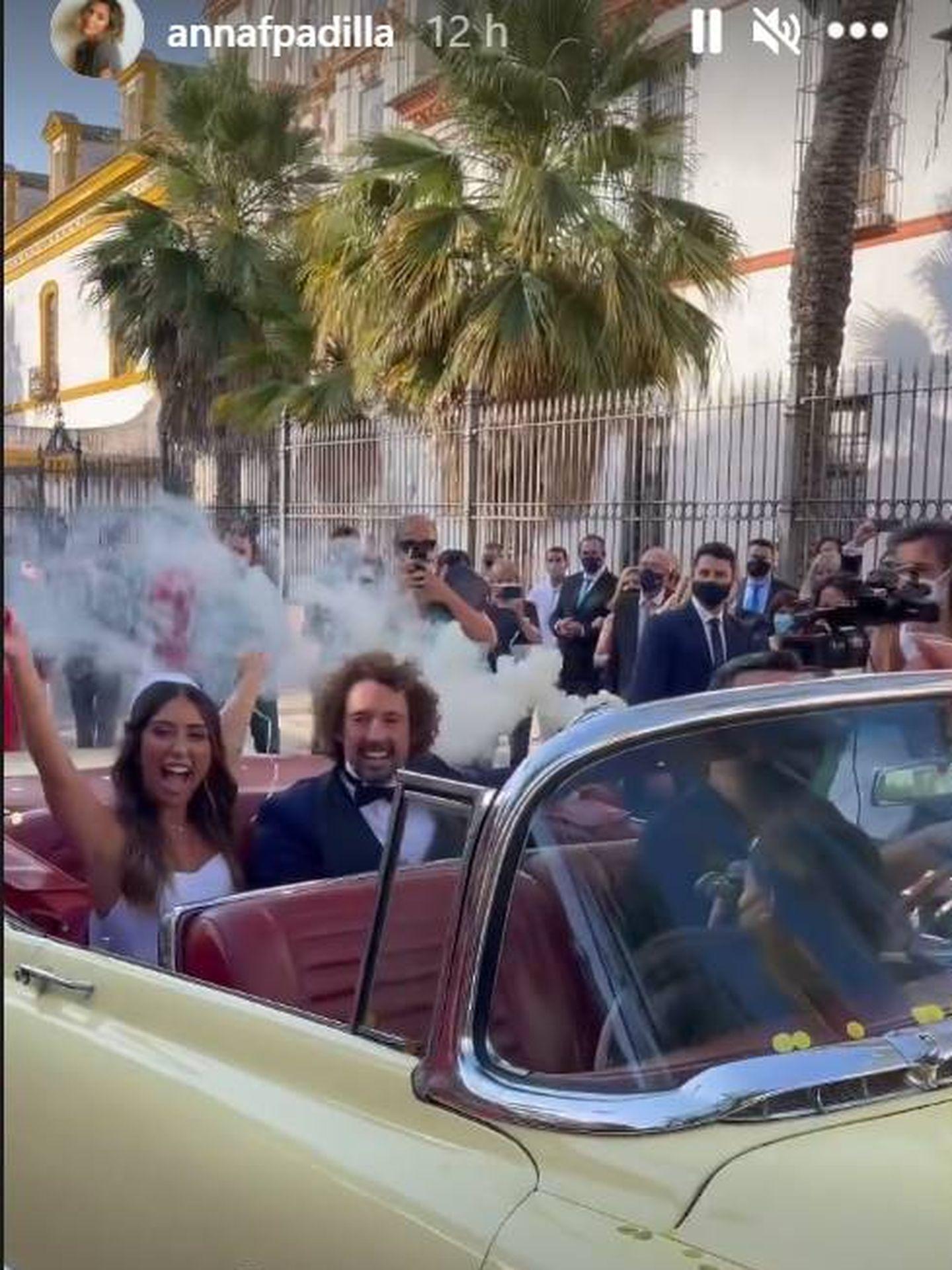 Los novios en el coche descapotable y con bengalas de humo en la mano. (IG)