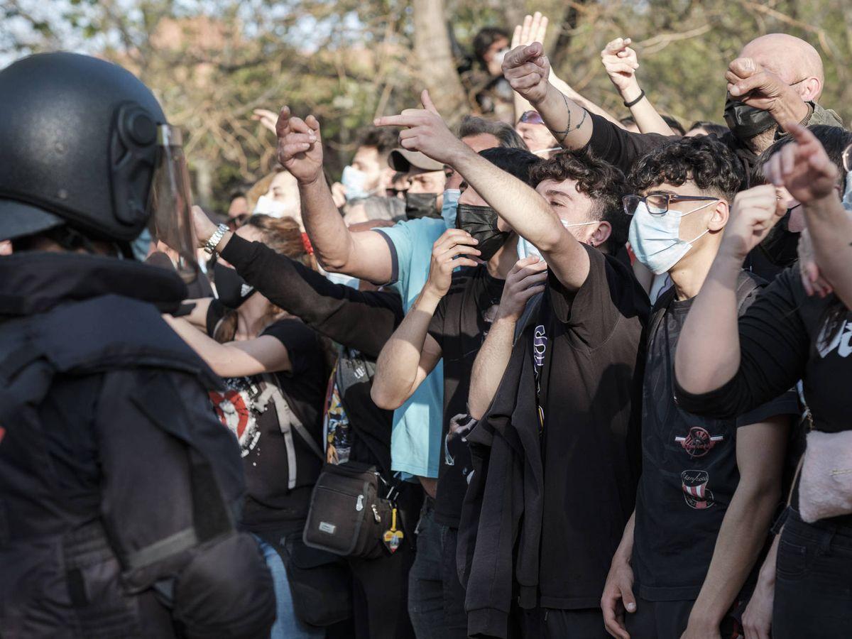 Foto: Varios manifestantes protestan contra el acto del Vox en Vallecas.(Foto: Sergio Beleña)