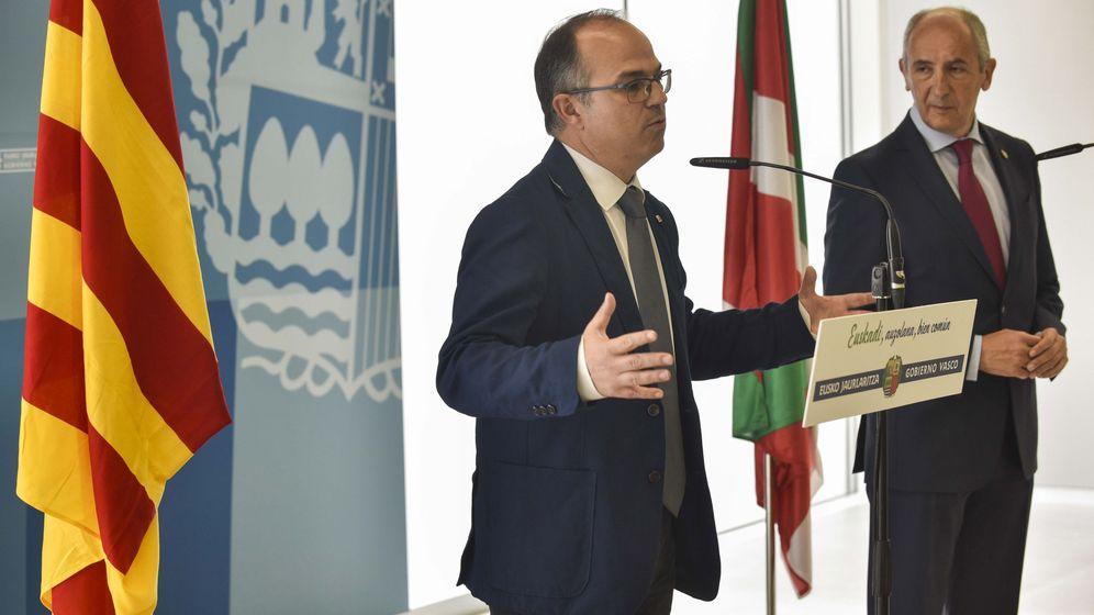 Foto: El portavoz del Gobierno Vasco, Josu Erkoreka, y el portavoz del Gobierno de Cataluña, Jordi Turull. (EFE)