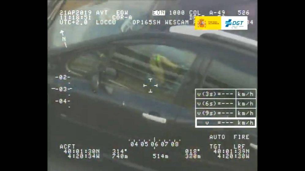 Foto: En el vídeo grabado por el helicóptero se ve al conductor sin las manos en el volante y haciendo el cubo de Rubik (Foto: Twitter/DGT)