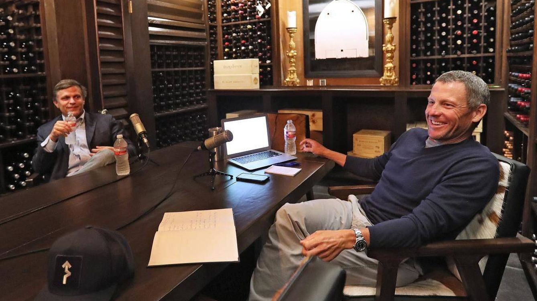 Foto: Armstrong, en la grabación de su podcast en su bodega de Austin (Facebook)