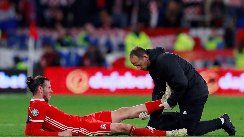 Gareth Bale es atendido por el médico de la Selección de Gales. (Reuters)