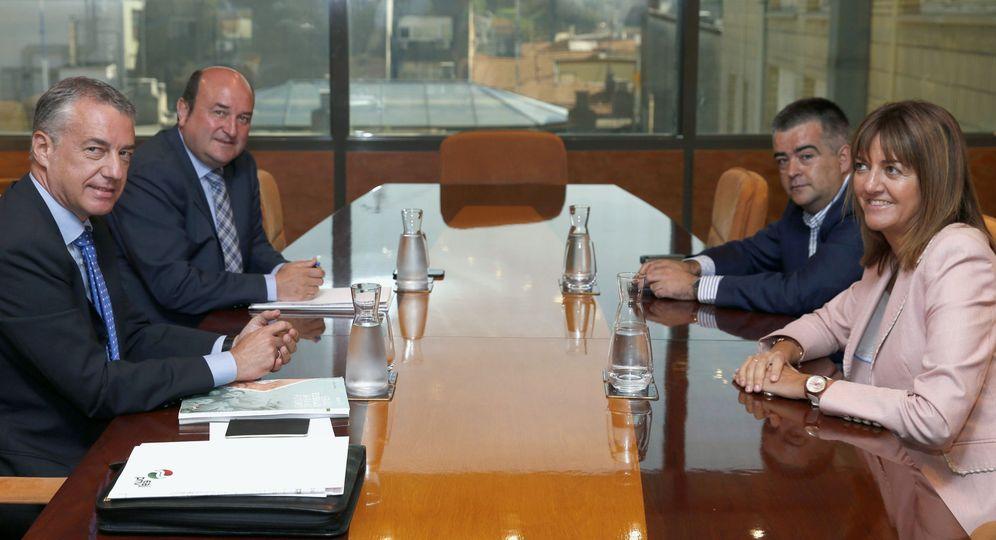 Foto: Iñigo Urkullu y el presidente del PNV, Andoni Ortuzar, con la líder del PSE, Idoia Mendia, y su número dos, Miguel Ángel Morales, el pasado 3 de octubre en Bilbao. (EFE)