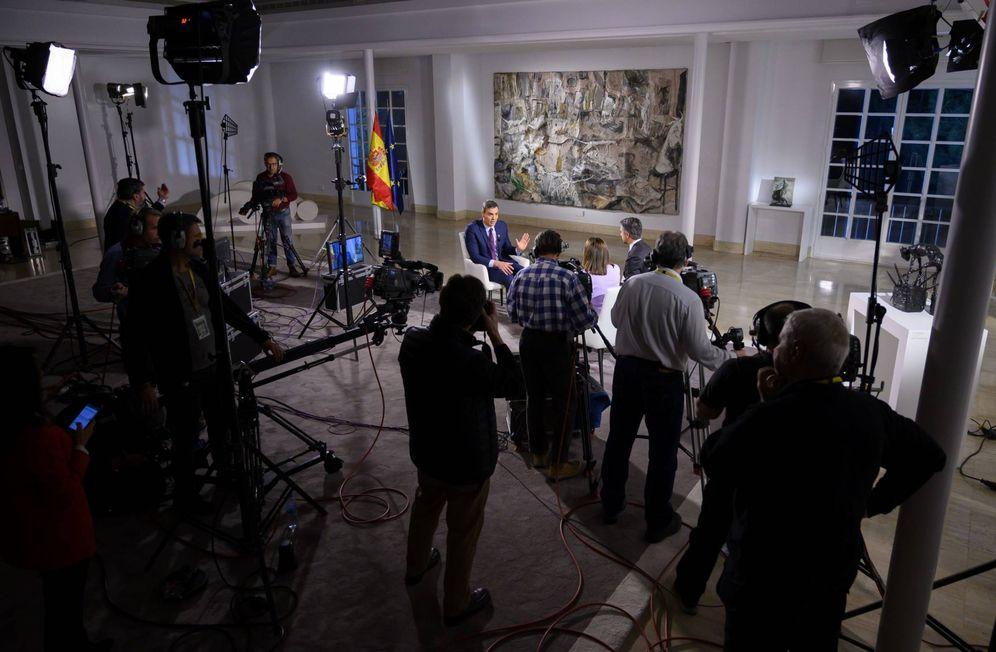 Foto: Pedro Sánchez, durante su entrevista en TVE con Ana Blanco y Carlos Franganillo, en el Palacio de la Moncloa, este 20 de enero. (Borja Puig | Moncloa)