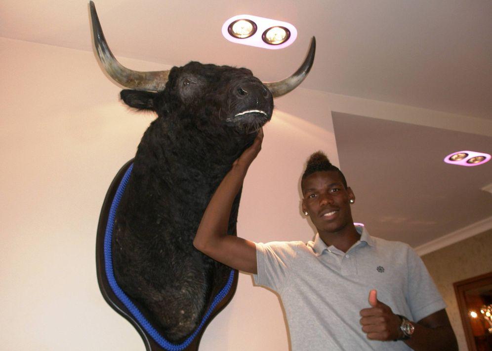 Foto: Paul Pogba, posando delante de un toro en 2012, poco antes de abandonar el United con destino a la Juve (FOTO: David Ruiz)