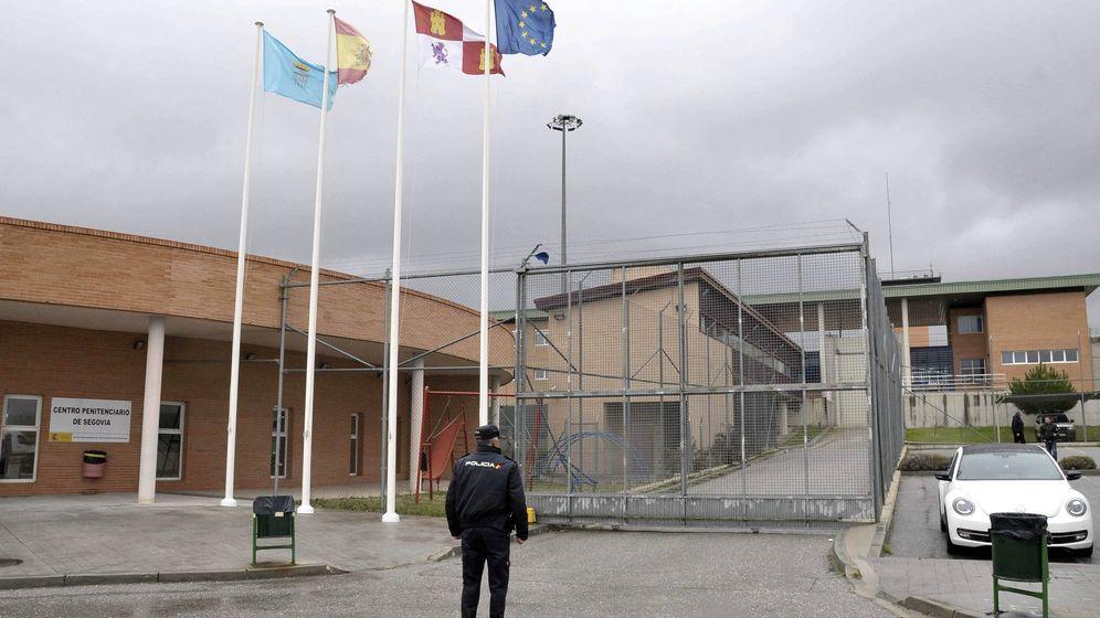 Foto: Un agente de la policía a las puertas de la cárcel de Segovia (EFE)