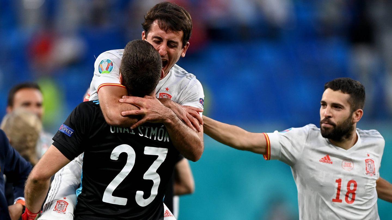 El portero y Mikel Oyarzabal celebran la clasificación para semifinales de España. (Getty)