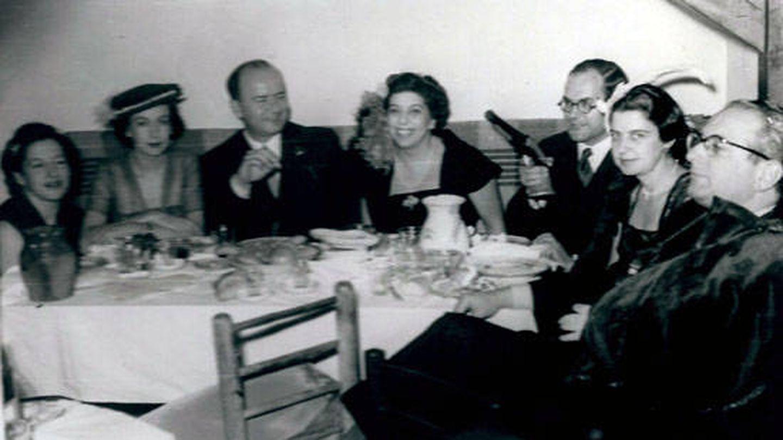 Simone Ortega (segunda a la izquierda) y José Ortega Spottorno (tercero a la izquierda) con Julián Marías (tercero desde la derecha). (Biblioteca Virtual Miguel de Cervantes)