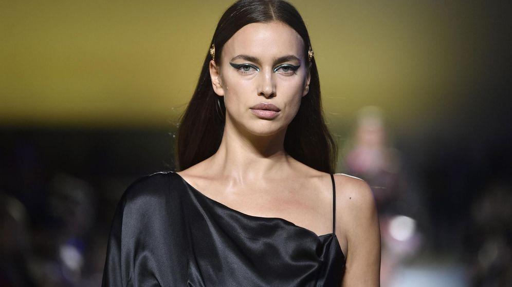 Foto: Irina Shayk desfilando para una de sus marcas de cabecera, Versace. (EFE)