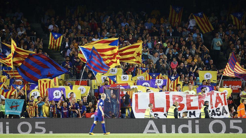 Foto: Iniesta mira una grada poblada de banderas. (EFE)