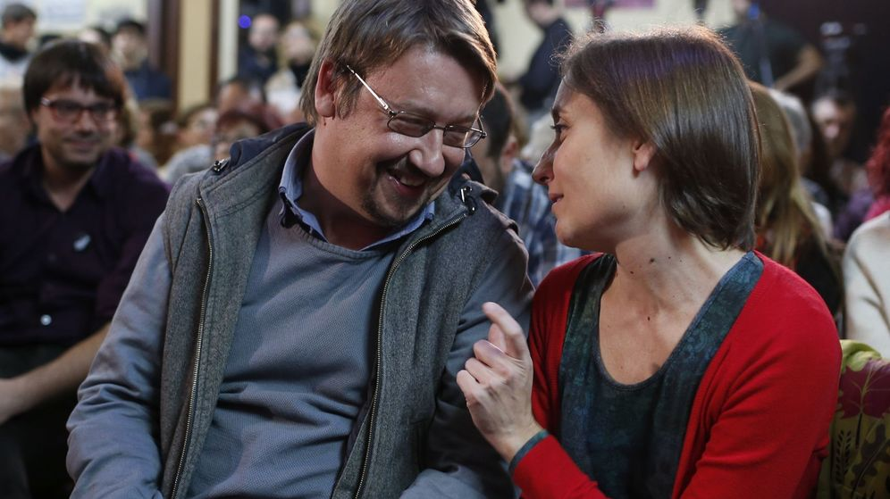 Foto: Xavier Domènech, junto a Marta Sibina, durante el acto de final de campaña de las elecciones generales del 20-D, en las que ella concurrió como número dos de la lista. (EFE)