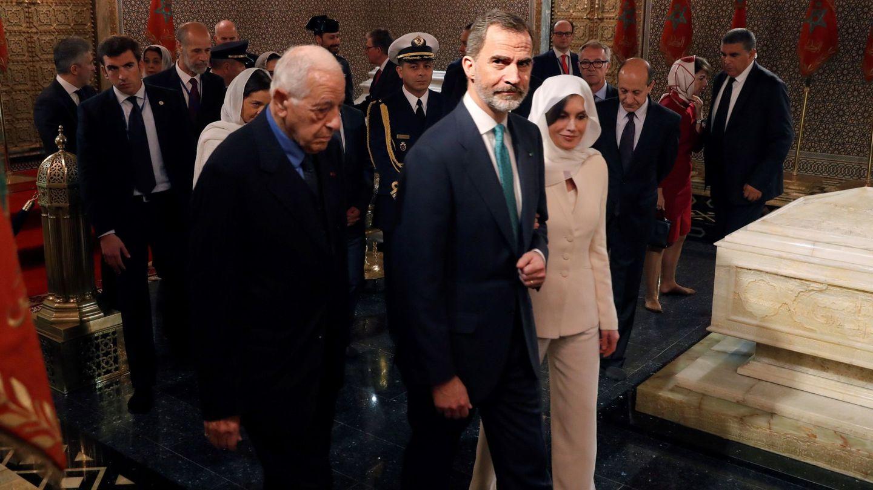 Letizia, en su visita a Marruecos, luciendo el Armani de su compromiso. (EFE)