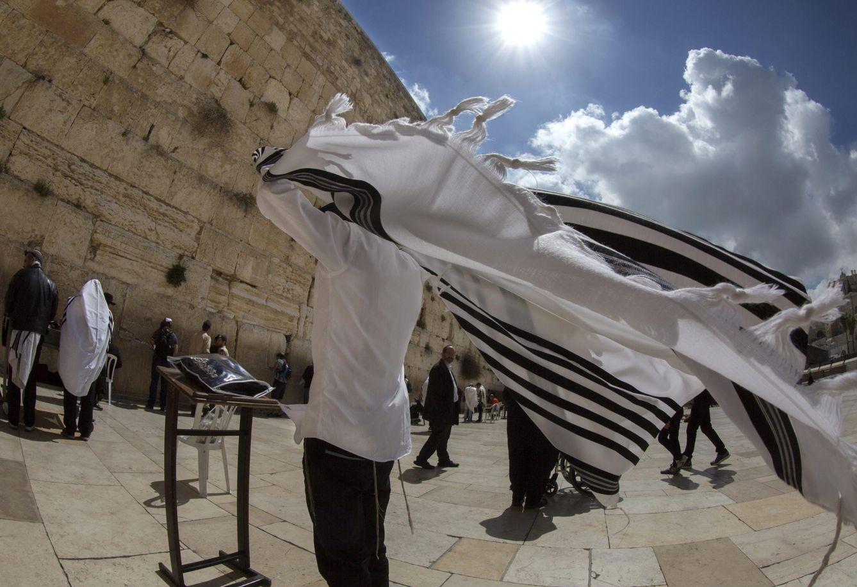 Foto: Un hombre reza ante el Muro de las Lamentaciones durante el eclipse solar parcial en Jerusalén, Israel. (EFE)