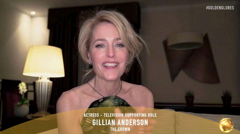 Gillian Anderson recoge su Globo de Oro a través de una videollamada. (Reuters)