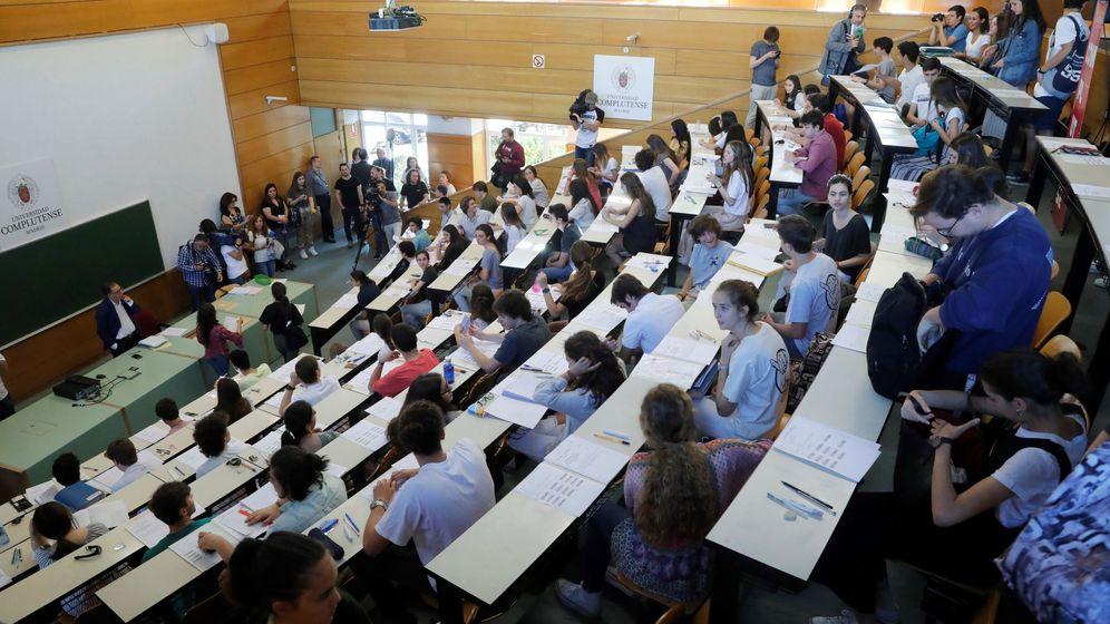 Foto: Aula en la Facultad de Odontología de la Universidad Complutense de Madrid durante la evaluación para el acceso a la universidad. (EFE)