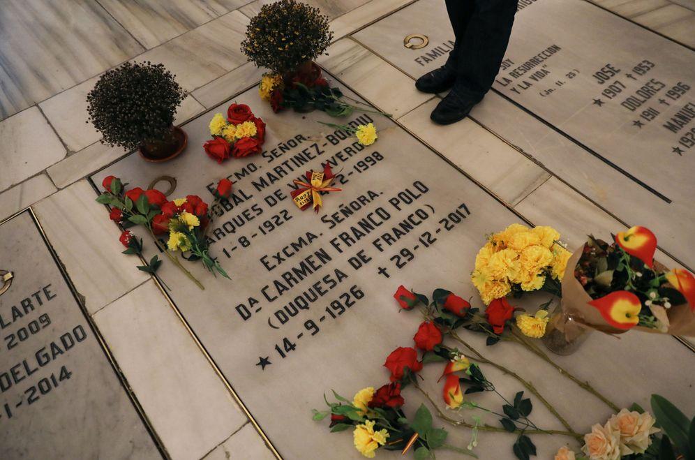 Foto: La tumba donde yace la hija de Franco y su marido y a la que sus hijos quieren llevar al dictador, en la cripta de la Almudena. (Reuters)