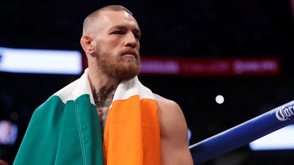 Foto: Conor McGregor es una imagen de archivo con la bandera de Irlanda, su país. (Reuters)