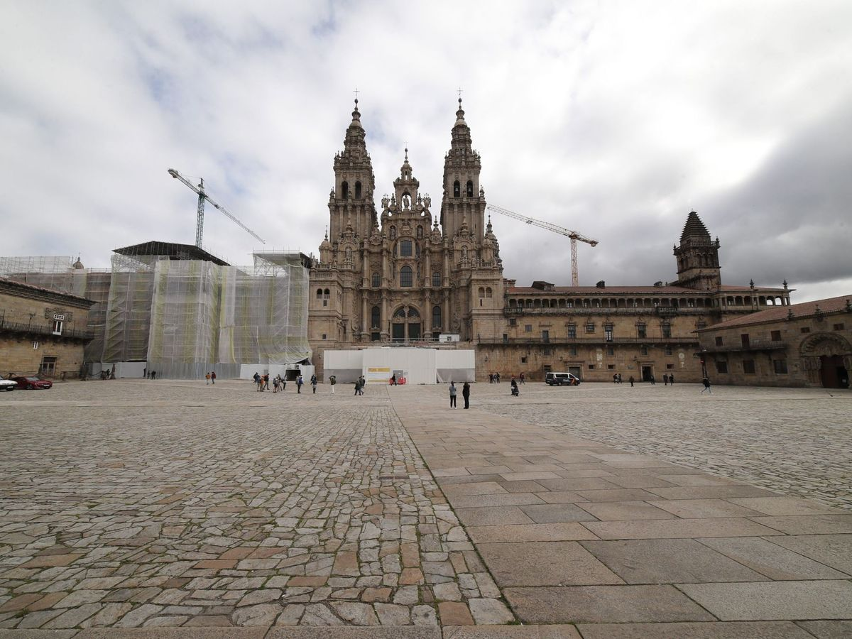 Foto: La Plaza del Obradoiro prácticamente vacía este jueves en Santiago de Compostela. (EFE)