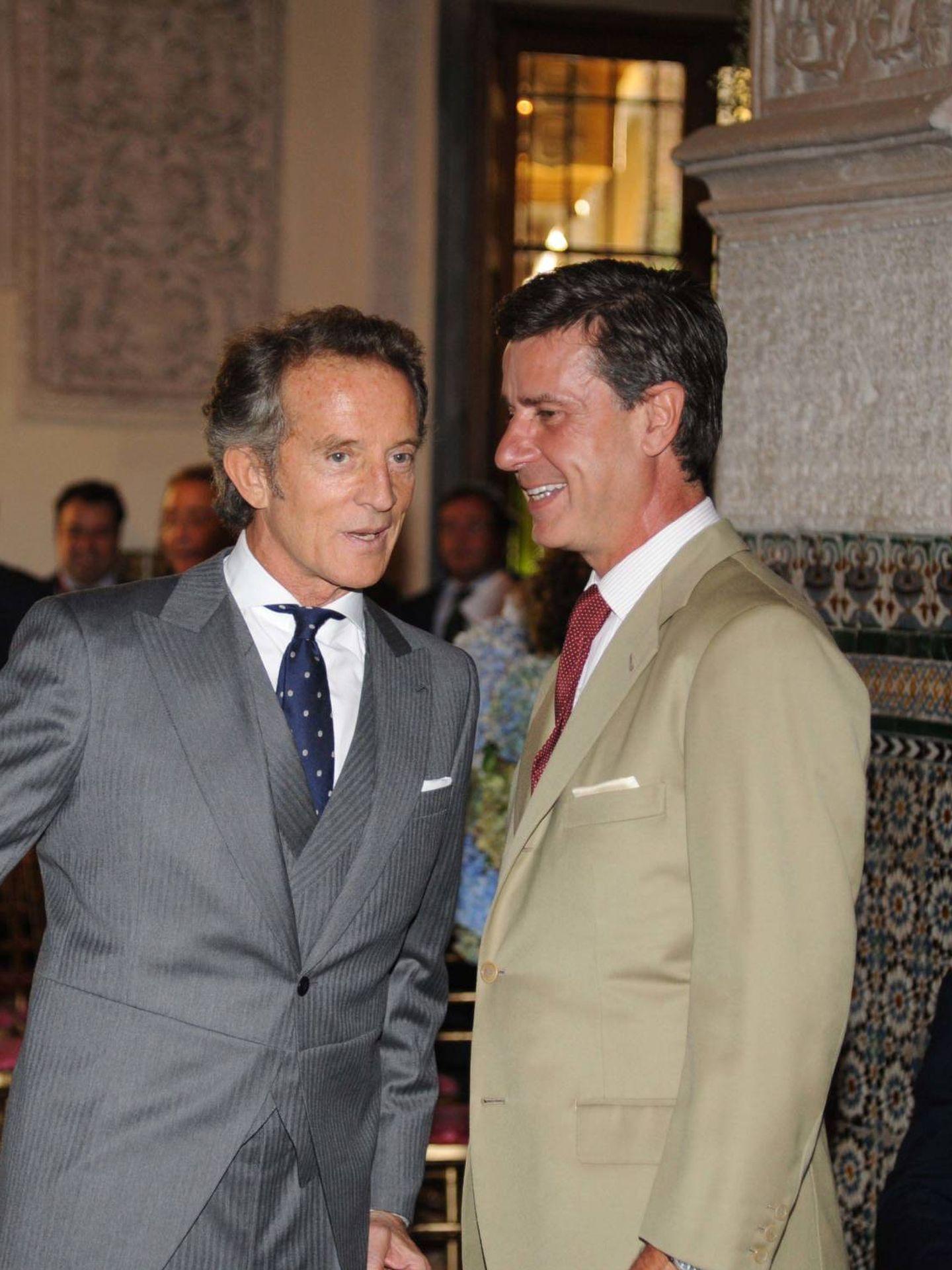 Alfonso Diez y Cayetano Martínez de Irujo, en la boda de Cayetana. (Getty)