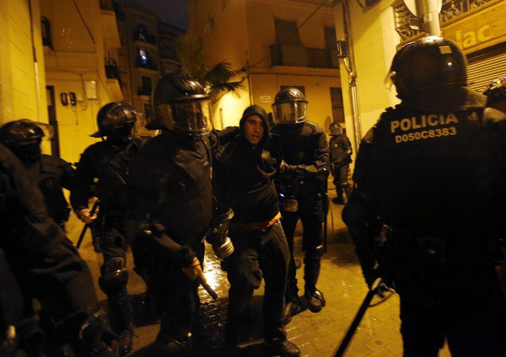 Foto: La Policía con uno de los detenidos (Reuters)