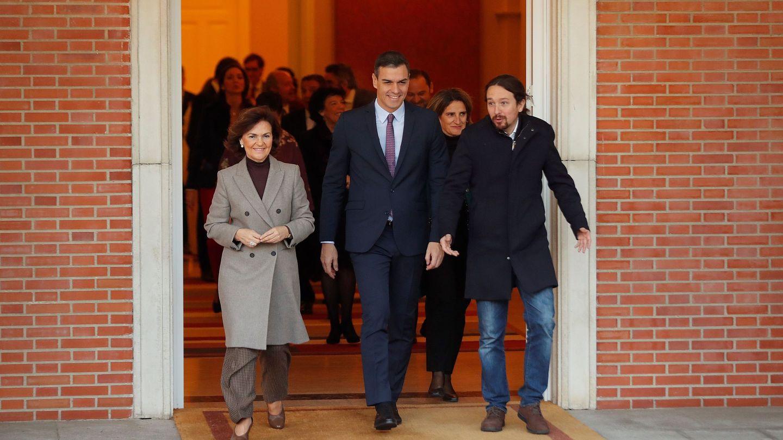 Calvo (i), Sánchez (c) e Iglesias (d), en Moncloa. (EFE)