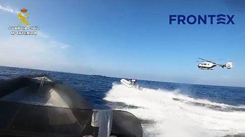 Espectacular rescate en el mar de tres delincuentes que huían de la Guardia Civil
