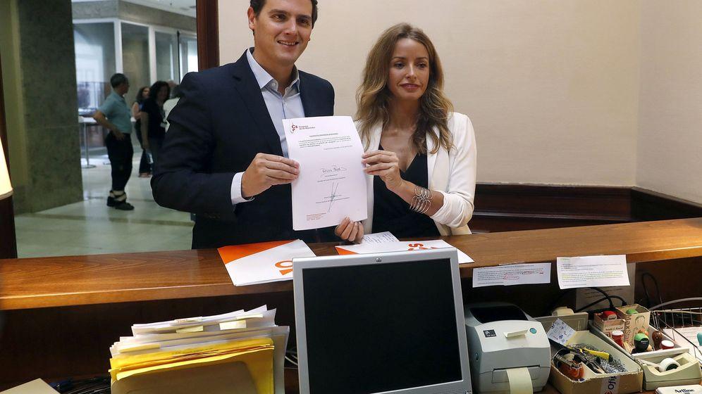 Foto: El líder de Ciudadanos, Albert Rivera y la diputada Patricia Reyes, registran en el Congreso una propuesta de Ley para regular la Gestación subrogada (Efe)