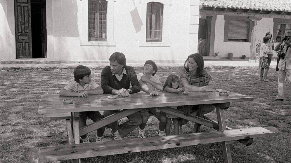 Foto: Felipe González, con Carmen Romero y sus tres hijos en Doñana. (Getty)