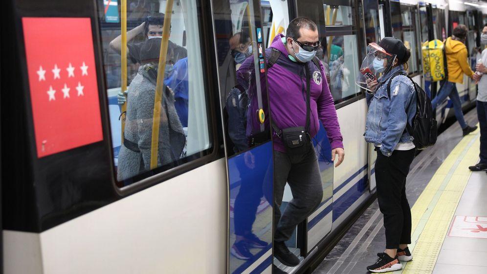 Foto: Viajeros en el Metro de Madrid durante la crisi del coronavirus. (Efe)