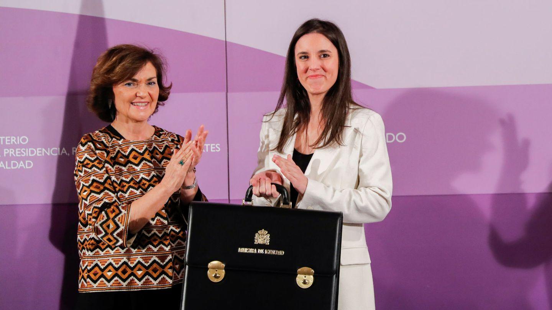 Irene Montero, recibiendo la cartera de Igualdad de manos de Carmen Calvo, en enero de 2020. (EFE)