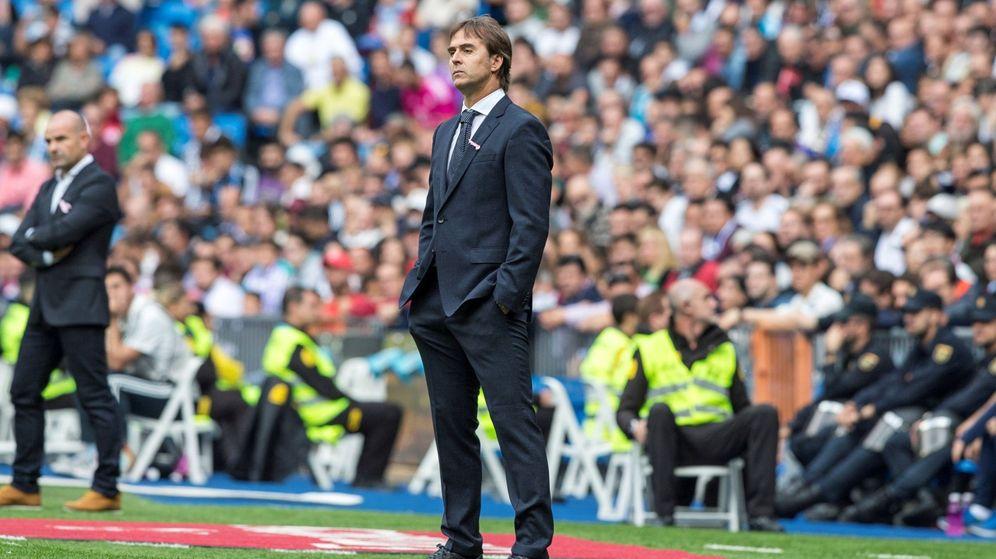 Foto: Lopetegui firme, con las manos en los bolsillos y la cabeza alta, durante la derrota del Real Madrid contra el Levante. (EFE)
