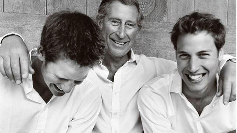 El príncipe Carlos y sus hijos, los príncipes Harry y Guillermo, retratados por Mario Testino (Instagram)