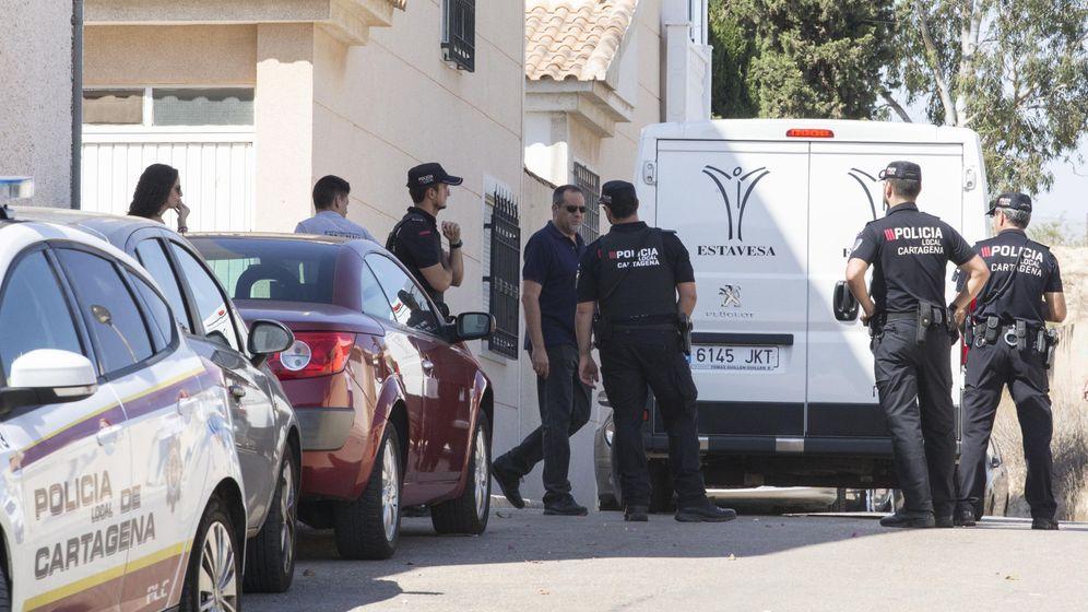 Foto: Agentes de la Polícia permancen en el domicilio donde una joven de unos 20 años ha muerto hoy en Cartagena. (EFE)
