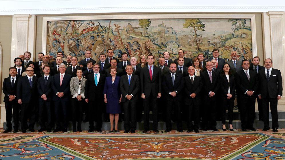 Foto: El rey Felipe VI con una representación de AEDE. (EFE)