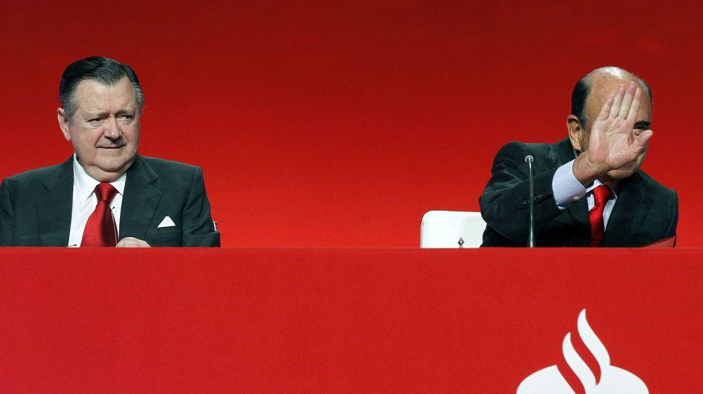 Foto: Imagen de archivo de Alfredo Sáenz (i) junto a Emilio Botín (d), quien saluda a un accionista antes de la junta. (EFE)