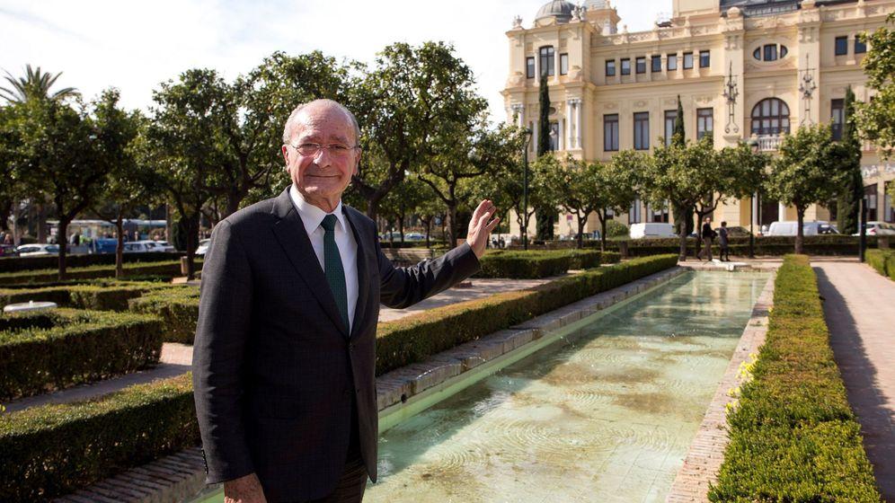 Foto: El alcalde de Málaga, Francisco de la Torre, en febrero de 2018, delante del ayuntamiento, cuando anunció que se presentaba a la reelección. (EFE)