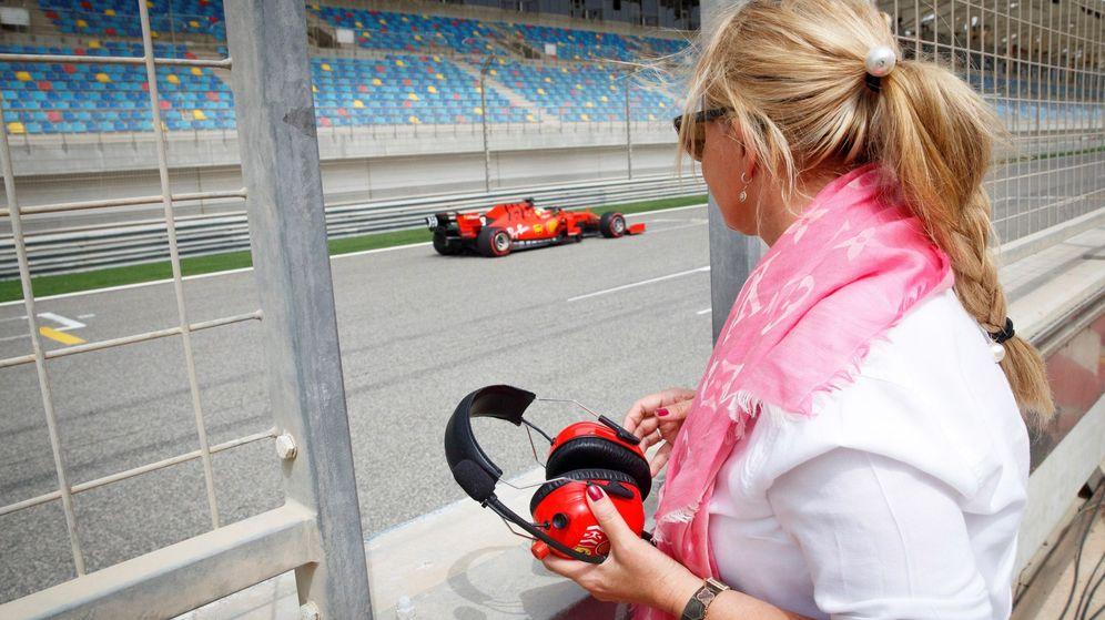 Foto: Mick Schumacher ante la atenta mirada de su madre. (EFE)