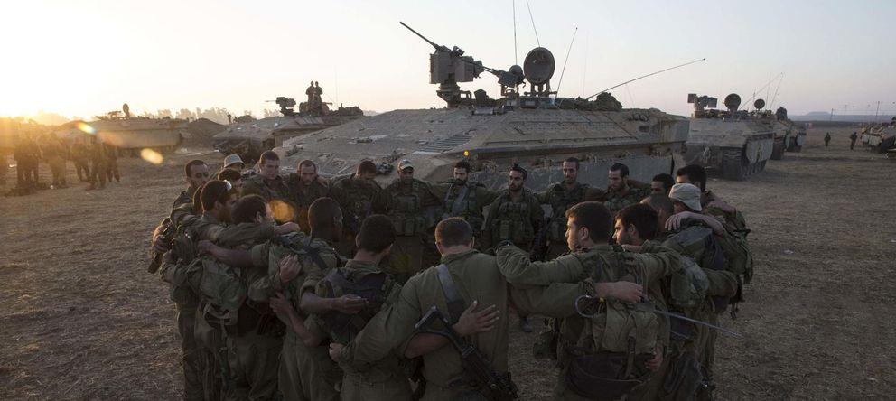 Foto: Soldados israelíes de la Brigada Golani forman un círculo antes de entrar en la Franja de Gaza, el 30 de julio de 2014. (Reuters)