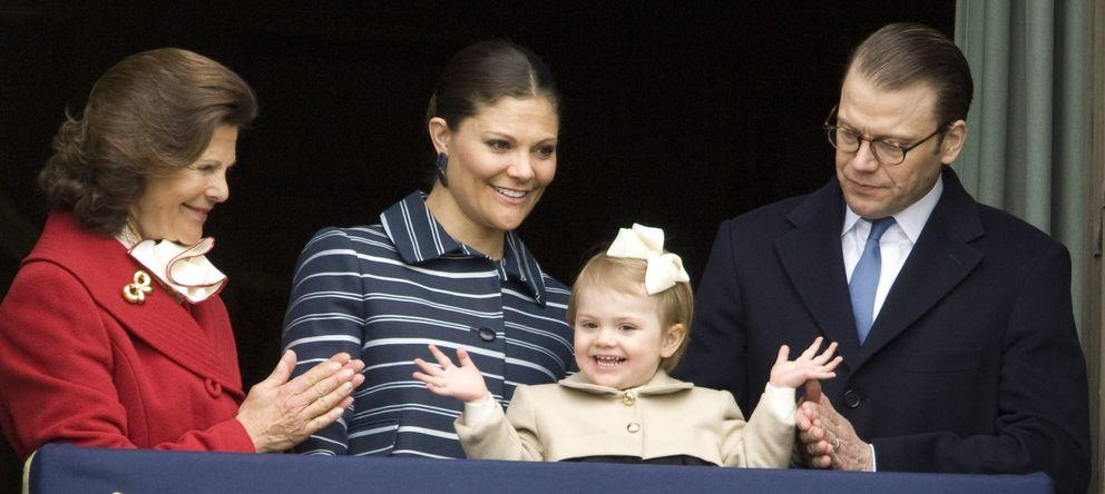 Foto: La princesa Estelle junto a sus padres y su abuela, la reina Silvia, el pasado 30 de abril. (Gtres)