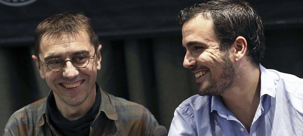 Foto:  El representante de Podemos Juan Carlos Monedero (i) y el candidato a las primarias de IU a la Presidencia del Gobierno, Alberto Garzón (Efe)