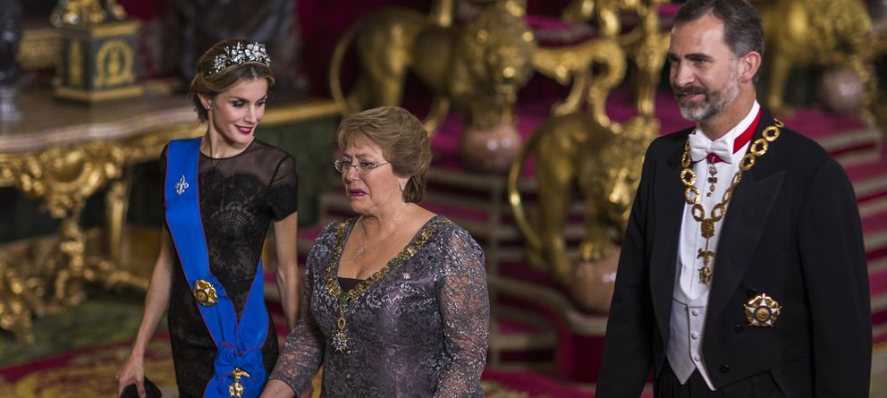 Foto: Los Reyes de España junto a la presidenta chilena, Michelle Bachelet (Gtres)