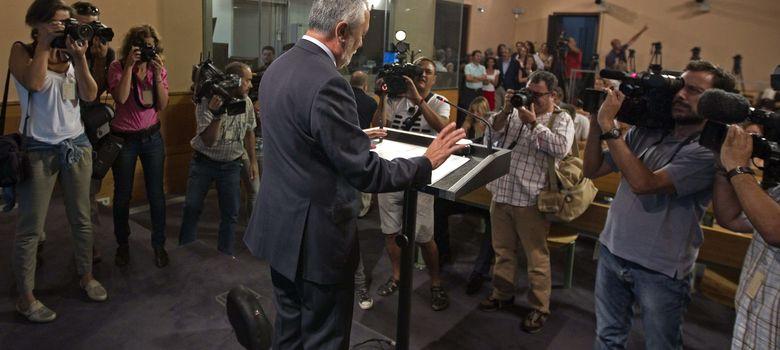 Foto: El socialista José Antonio Griñán (c), durante la comparecencia ante los medios de comunicación tras el Consejo de Gobierno andaluz