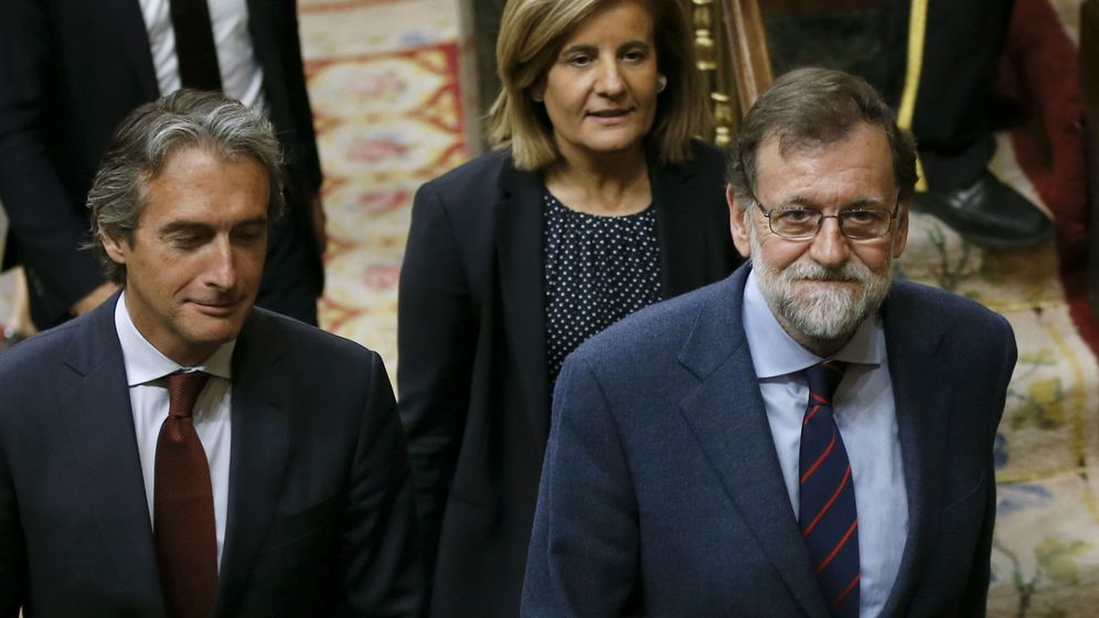 Foto: El presidente del Gobierno, Mariano Rajoy, y el ministro De la Serna, tras la aprobación. (EFE)