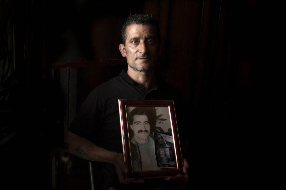 Foto: Abu Haidr muestra la foto de su hermano Ibrahim, desaparecido en 1984. (E. Bonet)