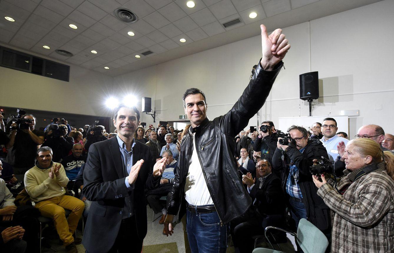 Foto: Pedro Sánchez y el alcalde de Alcalá de Henares, Javier Rodríguez, en la presentación del acuerdo con Ciudadanos en su encuentro con militantes el pasado 26 de febrero en la ciudad complutense. (EFE)