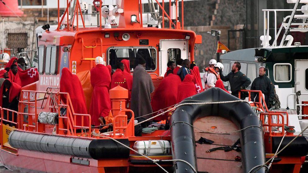 Hallan tres inmigrantes muertos en una patera con 32 supervivientes