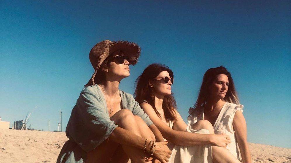 Foto: Sara Carbonero con sus amigas en la playa. (IG)