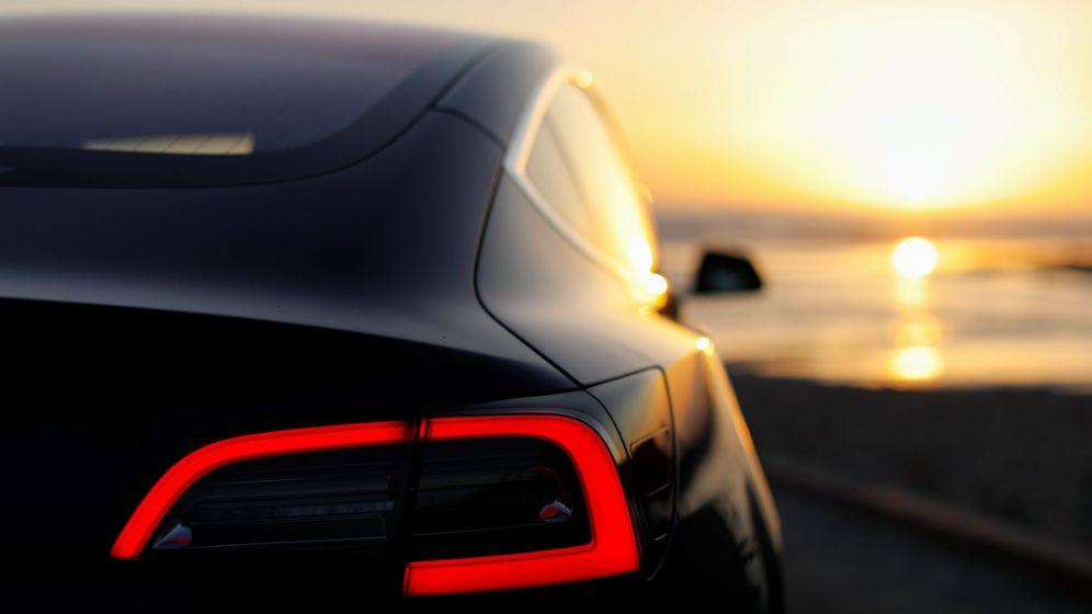 Foto: Un Model 3 de Tesla, ante la puesta de sol. (Reuters)