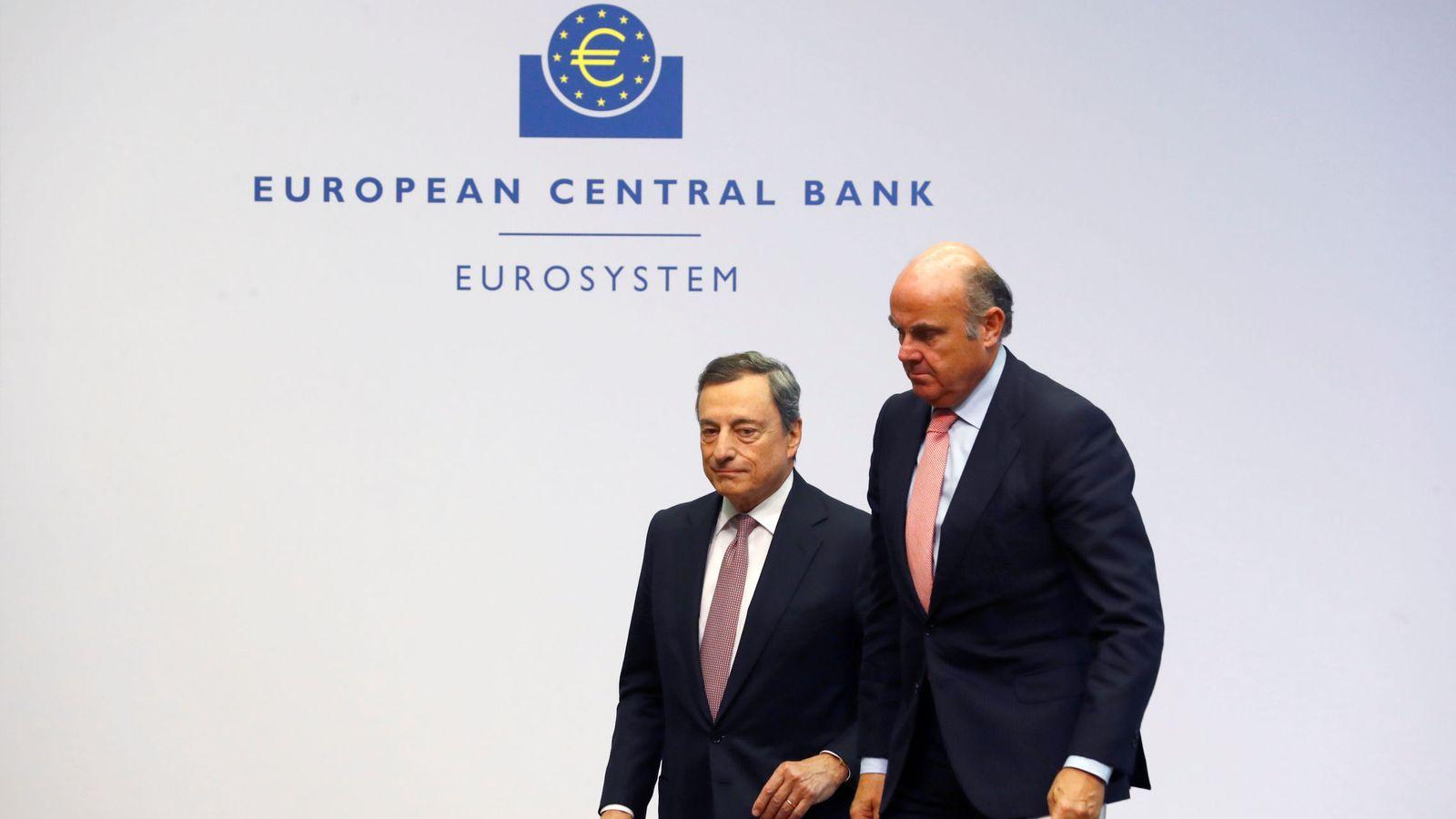 Foto: Draghi y Guindos en la sede del BCE. (Ralph Orlowski/Reuters)